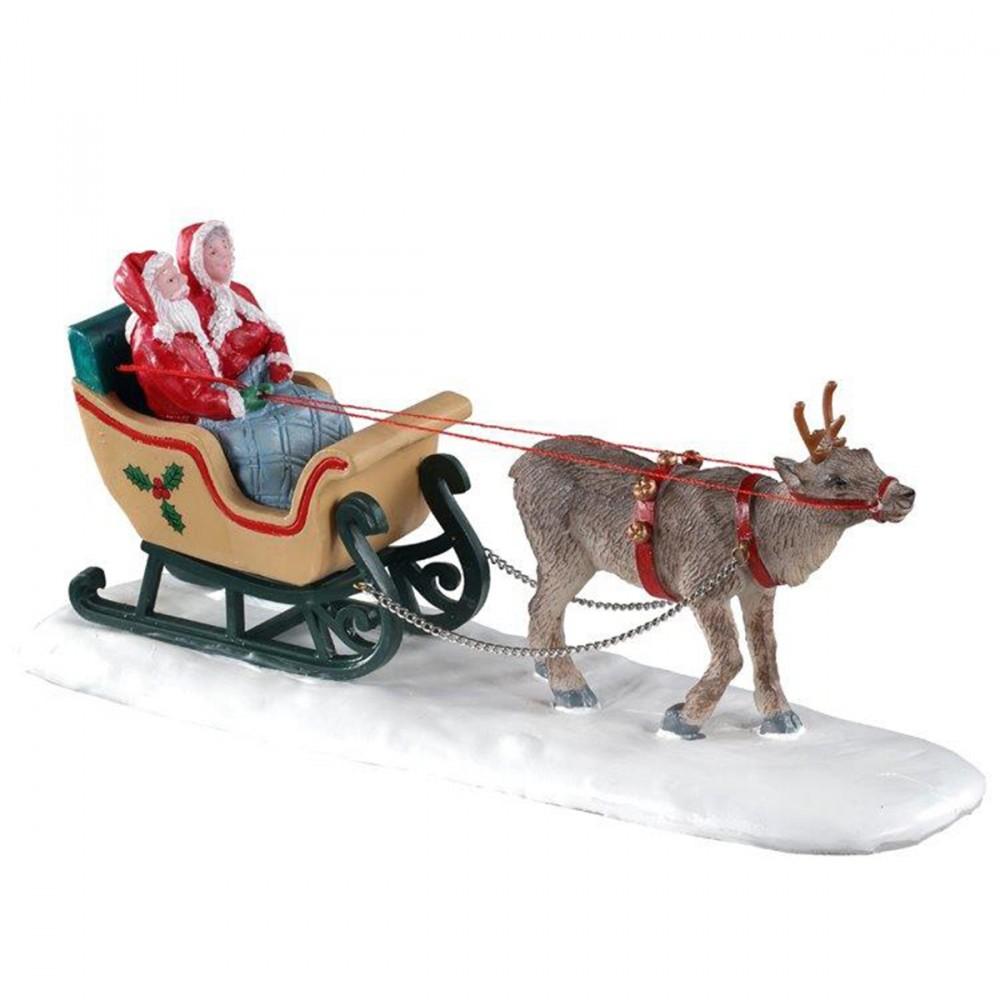 Slitta Con Babbo Natale E Mamma Natale Lemax 'north Pole Sleigh Ride'. Trainati Da Una Renna, Babbo Natale E Sua Moglie Fanno Un Giro Al Polo Nord Avvolti Da Una Coperta. Questo Prodotto Di Lemax è Una Novità Del 2020!